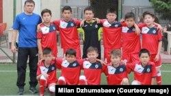 """""""Акылтай"""" футбол командасынын 11 жашка чейинки оюнчулары (2007-жыл)."""