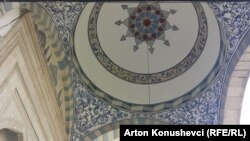 """Enterieri i xhamisë """"Sultan Mehmet Fatih"""", në Prishtinë"""