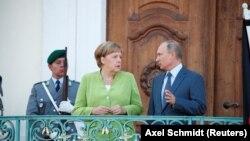 Ангела Меркель и Владимир Путин перед началом переговоров, 18 августа 2018 года