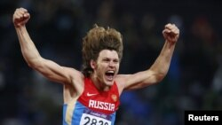 Олимпионик, россиянин Иван Ухов после победы в финале соревнований по прыжкам в высоту, Лондон, 7 августа 2012