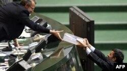 محمود احمدینژاد در حال تحویل لایحه بودجه به علی لاریجانی