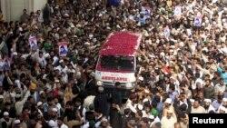 Пенджаб провинциясының губернаторын атып өлтірген полицей Малик Мумтаз Кадриды қолдаушылар оның мәйітін тиеген көлікке гүл шоғын қойып жатыр. Пәкістан, 1 наурыз 2016 жыл.