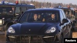 Прэзыдэнт Расеі Дзьмітрый Мядзьведзеў на Porsche Cayenne.