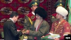 Türkmenistanyň täze saýlanan prezidenti Gurbanguly Berdimuhamedow (çepde) kasam kabul edişlik dabarasynda, Aşgabat, 2007-nji ýylyň 14-nji fewraly.