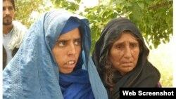 Ауған қызы Лал Биби (сол жақта) анасымен бірге. Суретті New York Times тілшісі түсірген.