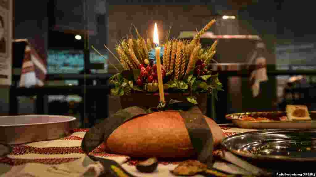 У листопаді 2014-го з нагоди вшанування пам'яті жертв Голодомору-геноциду активісти випікали «Хліб життя» – символ взаємодопомоги і спротиву українського народу в 1932-1933 роках. Більше фото –тут, а відео –тут.