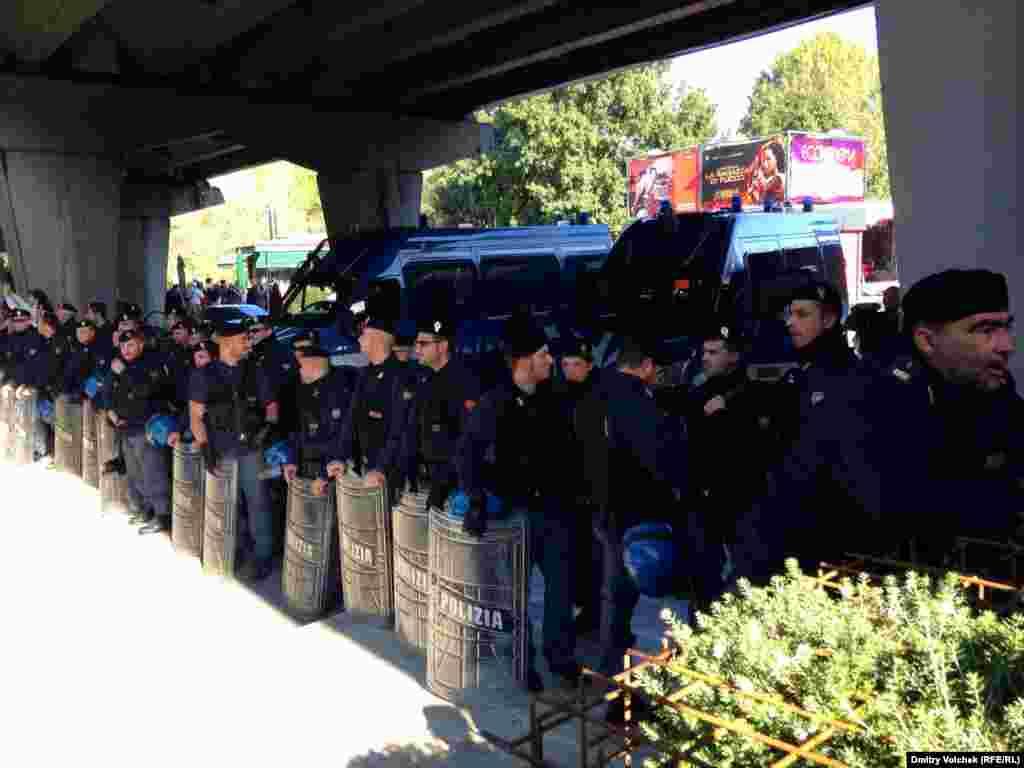 Полиция защищает фестивальный центр от демонстрантов, выступающих в защиту нелегальной иммиграции