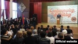 Лидер Республиканской партии Армении, президент Серж Саргсян обращается к избирателям в общине Давидашен г. Еревана, 28 апреля 2012 г.
