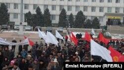Центральная площадь Оша. Сейитбеков устроил самосожжение на этом месте в знак протеста против митинговой волны в стране.