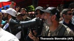Ерменскиот опозициски лидер Никол Пашинијан на протестите во Ереван