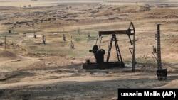Добыча нефти в контролируемом «Сирийскими демократическими силами» (SDF) районе. Змейлан, провинция Хассаке, Сирия.