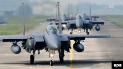 در این عکس رسمی وزارت دفاع کره جنوبی از سال ۲۰۱۷ جنگندههای اف-۱۵ ارتش جمهوری کره دیده میشوند