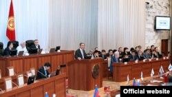 Incoming Kyrgyz Prime Minister Joomart Otobaev (at rostrum) appearing before parliament on April 2.