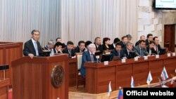 Премьер Жоомарт Оторбаев баштаган жаңы өкмөттүн мүчөлөрү парламентте. 2-апрель, 2014