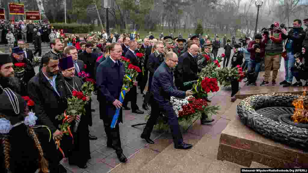 Офіціоз: представники обласної і міської влади покладають квіти до пам'ятника Невідомому матросу