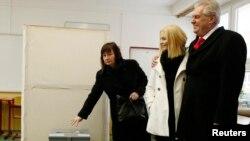 Fotografi arkivi nga zgjedhjet presidenciale çeke. Ne fotografi shihet presidenti aktual, Milos Zeman me bashkëshorten dhe vajzën e tij.