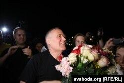 Микола Статкевич після звільнення з в'язниці. Мінськ, 22 серпня 2015 року