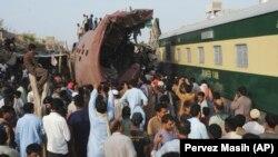 Одно из предыдущих столкновений пассажирского поезда с грузовым составом в Пакистане. Иллюстративное фото.