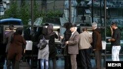تجمع مردم تهران برای تغییر رمز کارتهای خود