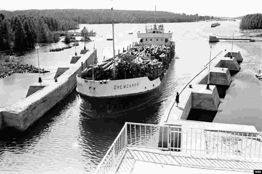 A ship passes through a lock in the Belomorkanal in this undated photo. The 227-kilometer canal was constructed in 20 months between 1931 and 1933.