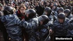 Поліція затримує людей під час антиурядового мітингу в Москві, Росія, 26 березня 2017 року