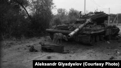 Підірваний фугасом танк української армії. Село Грабське під Іловайськом, 17 серпня 2014 року