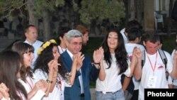 Prezident Serj Sarkisyan Ermənistan diasporunun gənc üzvləri ilə rəqs edir, 30 iyul 2009