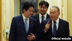 Қазақстан президенті Нұрсұлтан Назарбаев (оң жақта) пен Жапония премьер-министрі Синдзо Абэ (сол жақта). Астана, 27 қазан 2015 жыл.