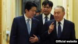 Қазақстан президенті Нұрсұлтан Назарбаев (оң жақта) және Жапония премьер-министрі Синдзо Абэ (сол жақта). Астана, 27 қазан 2015 жыл.