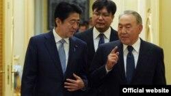 Президент Казахстана Нурсултан Назарбаев и премьер-министр Японии Синдзо Абэ. Астана, 27 октября 2015 года.