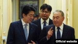Премьер-министр Японии Синдзо Абэ (слева), президент Казахстана Нурсултан Назарбаев. Астана, 27 октября 2015 года.