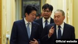 Қазақстан президенті Нұрсұлтан Назарбаев (оң жақта) пен Жапония премьер-министрі Синдзо Абэ Астанада. 27 қазан 2015 жыл.