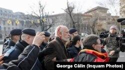 Gelu Voican Voiculescu a fost lovit în cap, fiind huiduit și gonit de la comemorarea victimelor Revoluției din 1989.