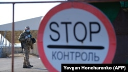 Ukrainian servicemen stand guard at the Mayorske checkpoint in the Donetsk region. (file photo)