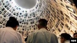 """Posjetioci """"Dvorane imena"""" u Memorijalnom centru Yad Vashem"""