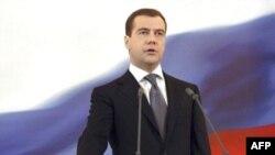 Медведев президентлыкка ант китергәнгә бер ел тулды. Русиядә кем идарә итә дигән бәхәсләр әле дә тынмый
