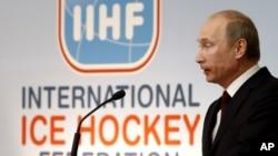 Орус премьери Путин Эл аралык хоккей федерациясындагы маалымат жыйынында. Братислава, 2011-жылдын 13-майы.