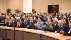 Президент ўзбек тилини билмайдиган вазири билан унинг тилида гаплашади