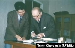 Профессор О. Прицак (Omeljan Pritsak) менен Т.Чоротегин. Киев. 1995.