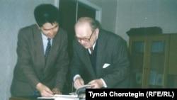 Профессор О.Прицак (1919–2006) кыргыз кесиптеши Т.Чоротегин менен. Киев. 1995.