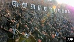 Члены рабоче-крестьянской Красной гвардии Северной Кореи выкрикивают антиамериканские лозунги
