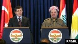 رئيس إقليم كردستان العراق مسعود بارزاني ووزير الخارجية التركي أحمد داودأوغلو في أربيل