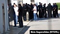 Njerëzit presin në rreshta për të votuar në kryeqytetin Tbilisi