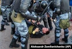 Сотрудники милиции задерживают участника акции протеста. Москва, 27 июля 2019 года