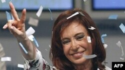 Argentina -- Newly elected president Cristina Fernandez de Kirchner waves to supporters in Buenos Aires, 28Oct2007