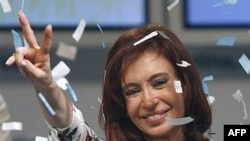 Yeni prezident seçilən Kristina fernandez Buenos Airesdə tərəfdarlarını salamlayır, 28 oktyabr 2007