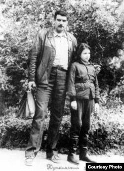 Сергей Довлатов дочерью Катей в Пушкинском заповеднике. 1977