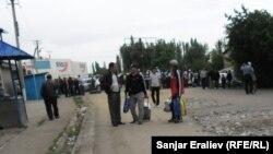 Митингующие, заблокировавшие автотрассу Бишкек-Ош. 4 июня 2013 года.