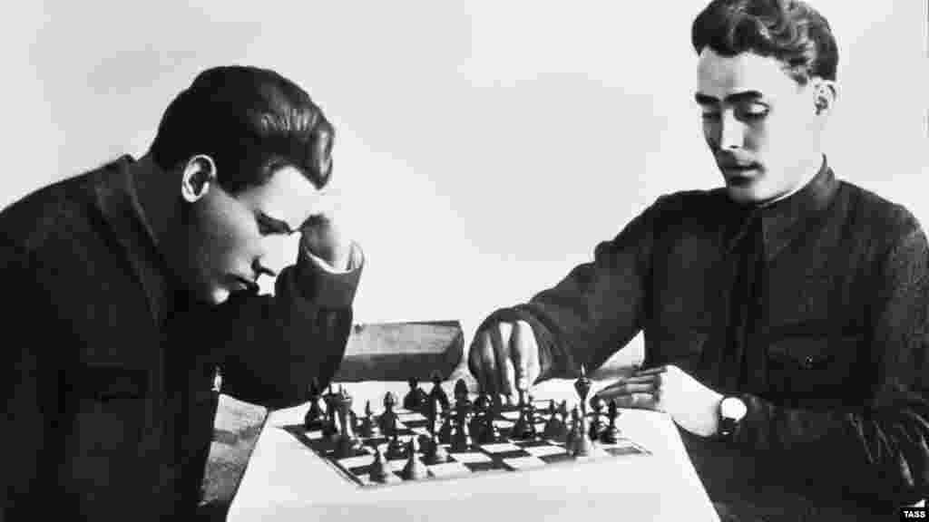 Відретушована фотографія Леоніда Брежнєва (праворуч), на якій він знятий під час гри в шахи в 1935 році. Брежнєв очолював Радянський Союз із 1964 по 1982 рік