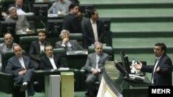 Аҳмадинежод ҳангоми суханронӣ дар Маҷлис
